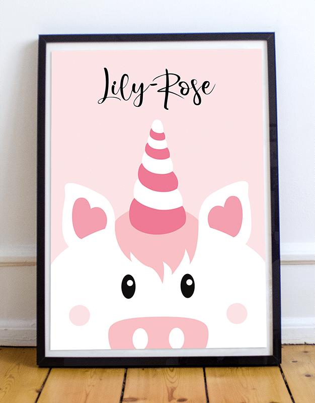 Personnalisez votre poster licorne en ajoutant le prénom de votre enfant et en choisissant la couleur de votre affiche illustrée. Voici un exemple d'un poster licorne sur fond rose avec le prénom Lily-Rose.