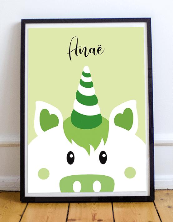 Avec votre poster licorne personnalisé, ajoutez le prénom de votre enfant et changez la couleur de l'affiche illustrée. Voici un exemple d'une affiche licorne sur fond vert avec le prénom Anaé.