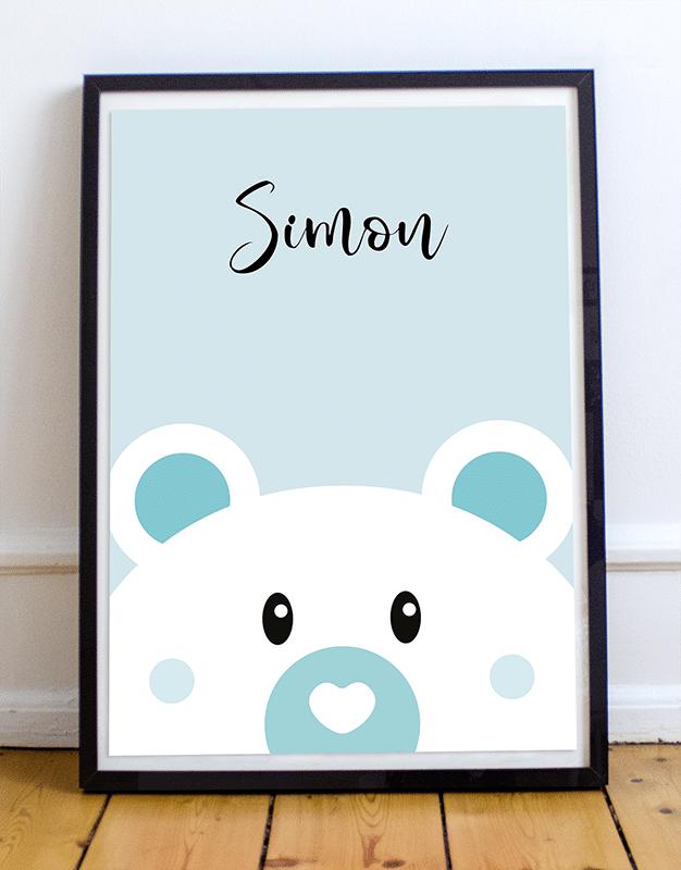 Avec votre poster d'un ours personnalisé, ajoutez le prénom de votre enfant et changez la couleur de l'affiche illustrée. Voici un exemple d'une affiche ours sur fond bleu avec le prénom Simon.