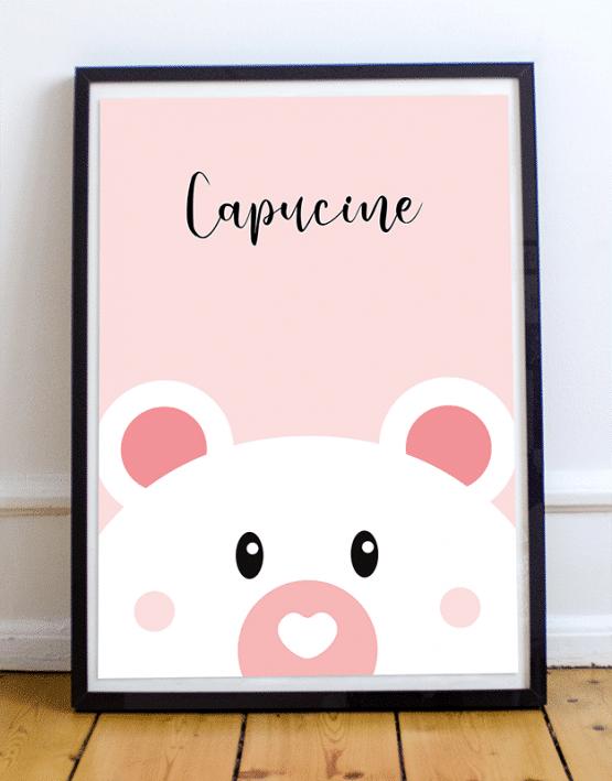 Personnalisez votre poster ours en ajoutant le prénom de votre enfant et en choisissant la couleur de votre affiche illustrée. Voici un exemple d'un poster ours sur fond rose avec le prénom Capucine.