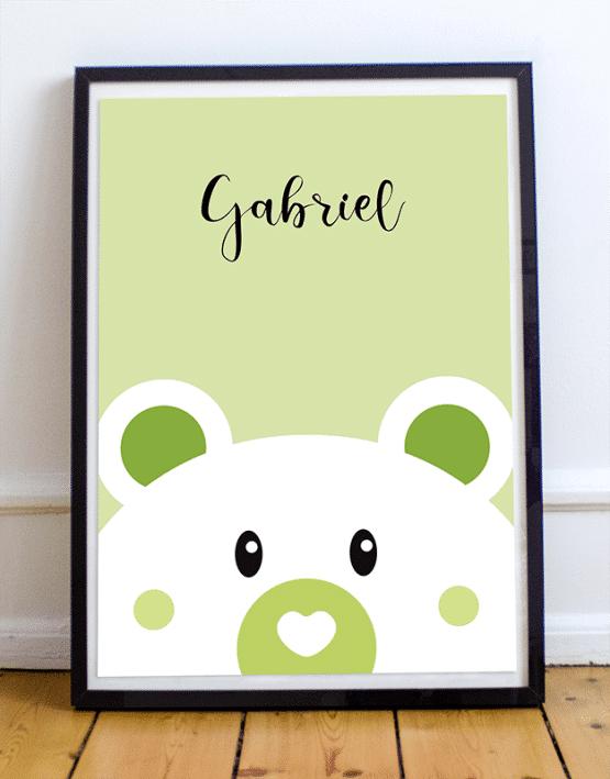 Avec votre poster ours personnalisé, ajoutez le prénom de votre enfant et changez la couleur de l'affiche illustrée. Voici un exemple d'une affiche ours sur fond vert avec le prénom Gabriel.