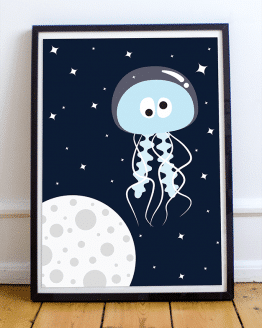 Poster et affiche dans l'espace d'une méduse en cosmonaute. Une décoration pour une chambre d'enfant, un bureau. Vous pouvez acheter cette affiche qui sera une excellente idée cadeau pour une naissance ou un anniversaire. Affiche présente dans le studio de Pierre Croce.
