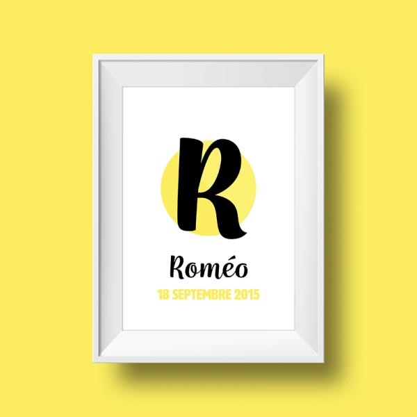 Affiche poster initiale R et prénom Roméo personnalisée avec la date de naissance et une couleur au choix.
