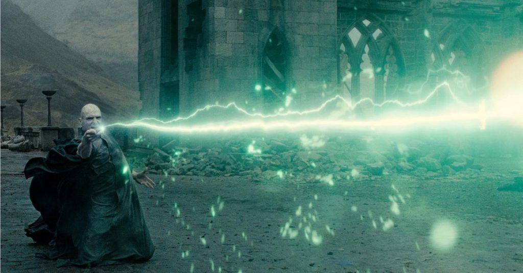 Voldemort lance le sortilège Avadra Kedavra sur Harry Potter lors du duel final